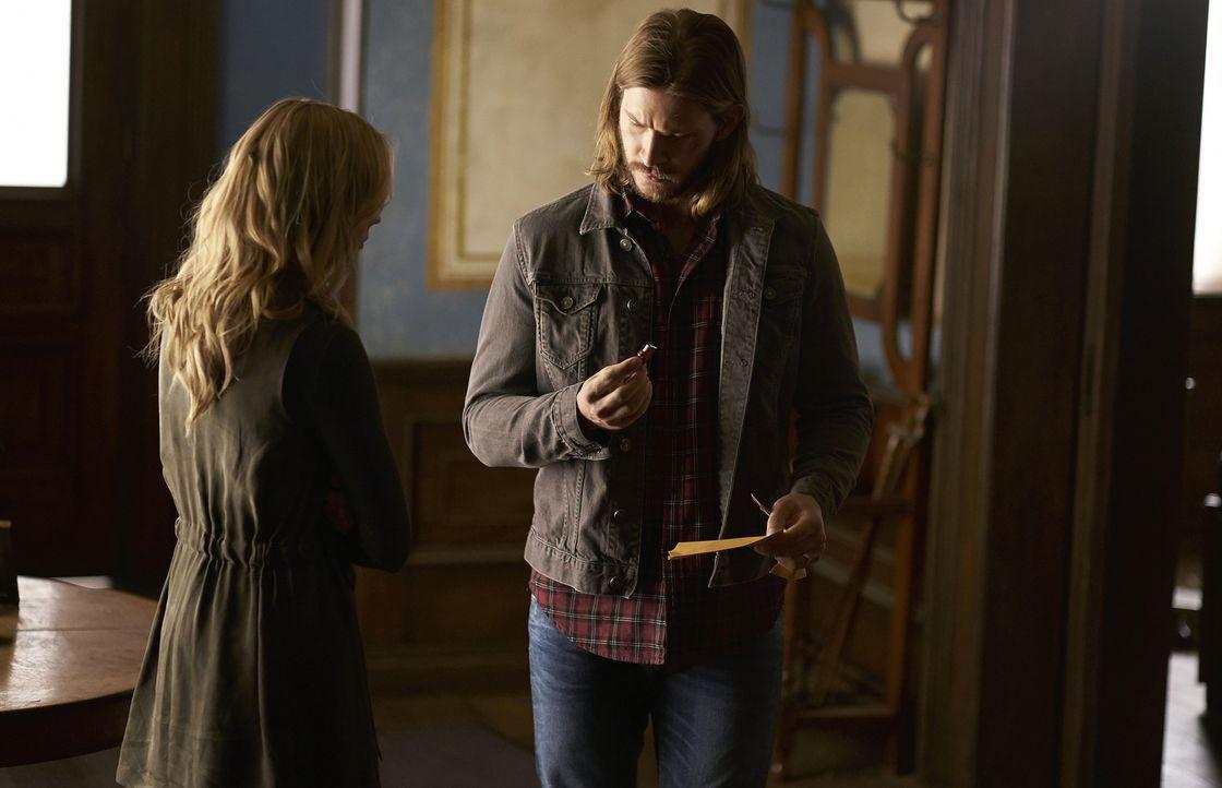 Während sich Elena (Laura Vandervoort, l.) um den verletzten Sasha kümmert, unterstützt Clay (Greyston Holt, r.) den jungen Alexei, mit den Folgen s... - Bildquelle: 2016 She-Wolf Season 3 Productions Inc.