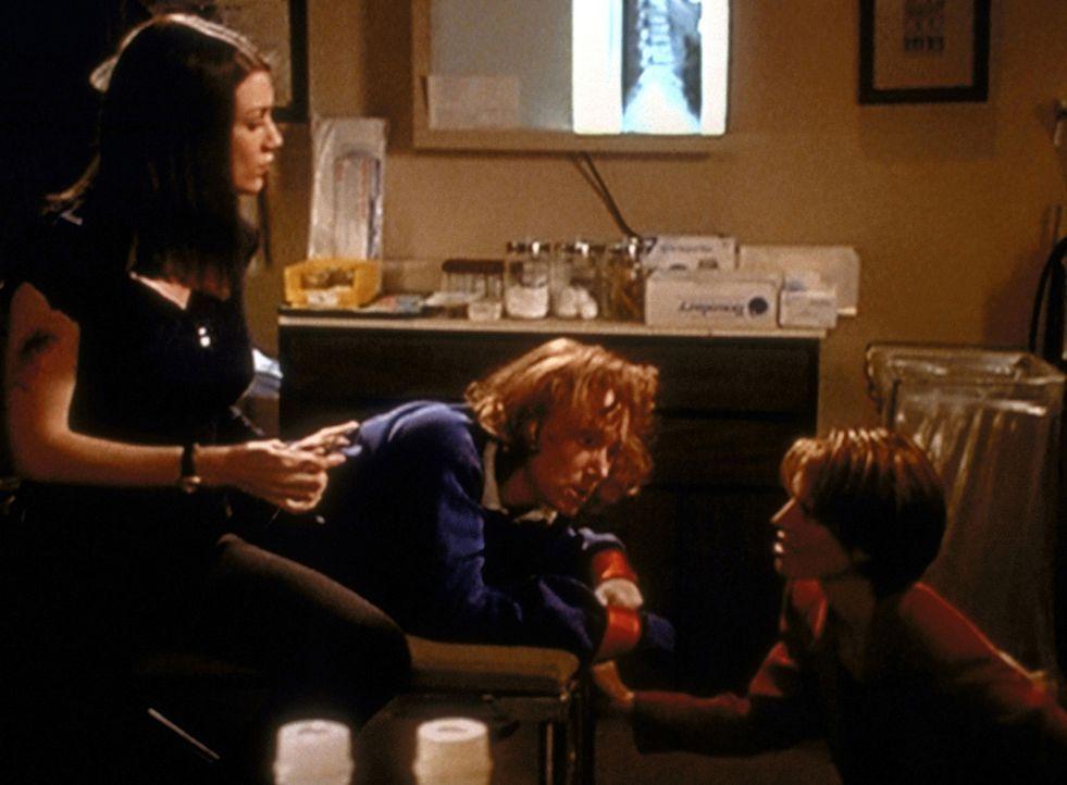 Die Polizistinnen Amy (Kathy Evison, l.) und Taylor (Zoe McLellan, r.) setzen Dr. Welby unter Druck, um zu erfahren, wer der angeschossene Gangster... - Bildquelle: Viacom