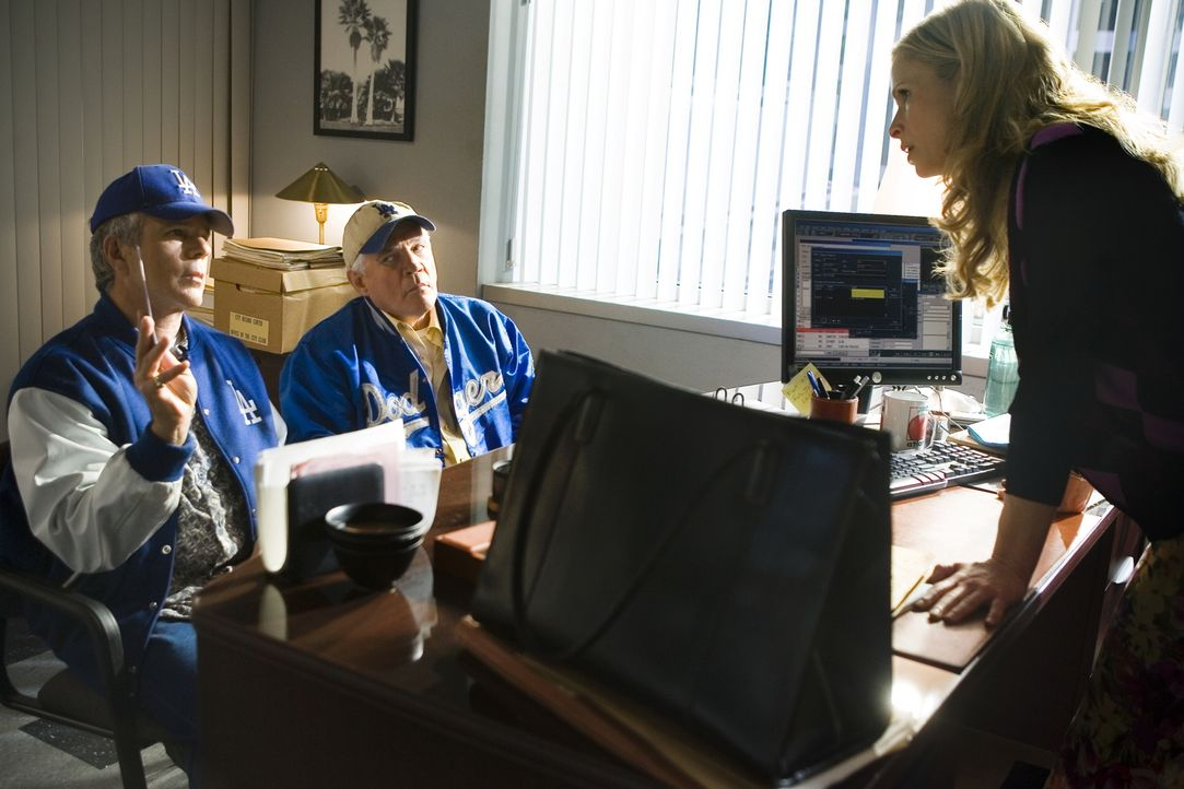 Brenda (Kyra Sedgwick, r.) kann es nicht fassen: Provenza (G.W. Bailey, M.) und Flynn (Anthony John Denison, l.) sind zum Dodgers-Spiel gegangen, an... - Bildquelle: Warner Brothers