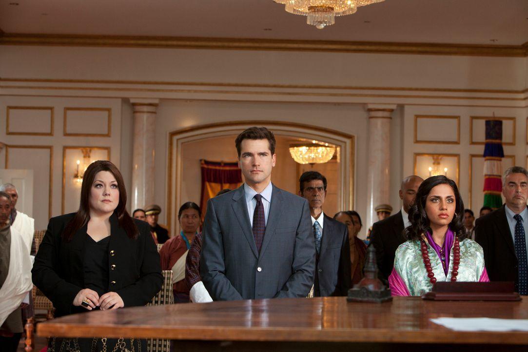 Grayson (Jackson Hurst, M.) und Jane (Brooke Elliott, l.) kämpfen für Leela Penjore (Nishi Munshi, r.), die eigentlich mit dem Prinzen ihres Lande... - Bildquelle: 2012 Sony Pictures Television Inc. All Rights Reserved.