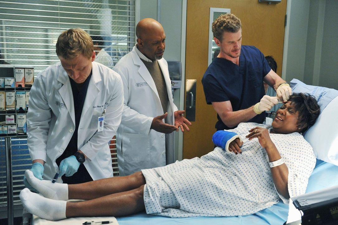 Mark (Eric Dane, r.) und Owen (Kevin McKidd, l.) kümmern sich um Richard Webbers (James Pickens, Jr., M.) Frau Adele (Loretta Devine, liegend), die... - Bildquelle: ABC Studios