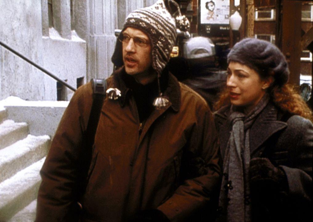 Corday (Alex Kingston, r.) und Greene (Anthony Edwards, l.) müssen sich damit abfinden, dass ihre Mutter und sein Vater eine Liebesbeziehung pflegen. - Bildquelle: TM+  2000 WARNER BROS.