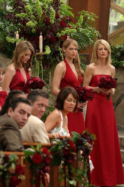 Julies Brautjungfern: Marissa (Mischa Barton, l.), Hailey (Amanda Righetti, M.) und Kirsten (Kelly Rowan, r.) ... - Bildquelle: Warner Bros. Television