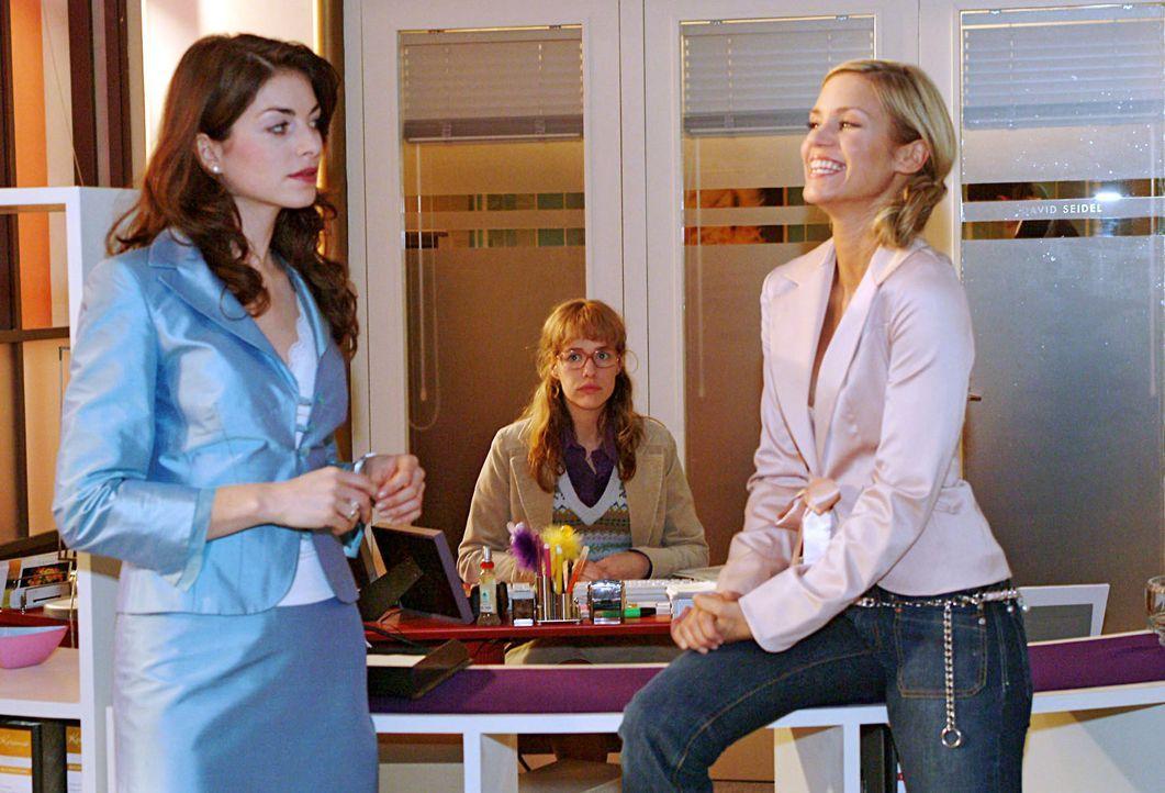 Lisa (Alexandra Neldel, M.) ist fassungslos, als sich Mariella (Bianca Hein, l.) und Sabrina (Nina-Friederike Gnädig, r.) in ihrem Beisein darüber l... - Bildquelle: Monika Schürle SAT.1 / Monika Schürle