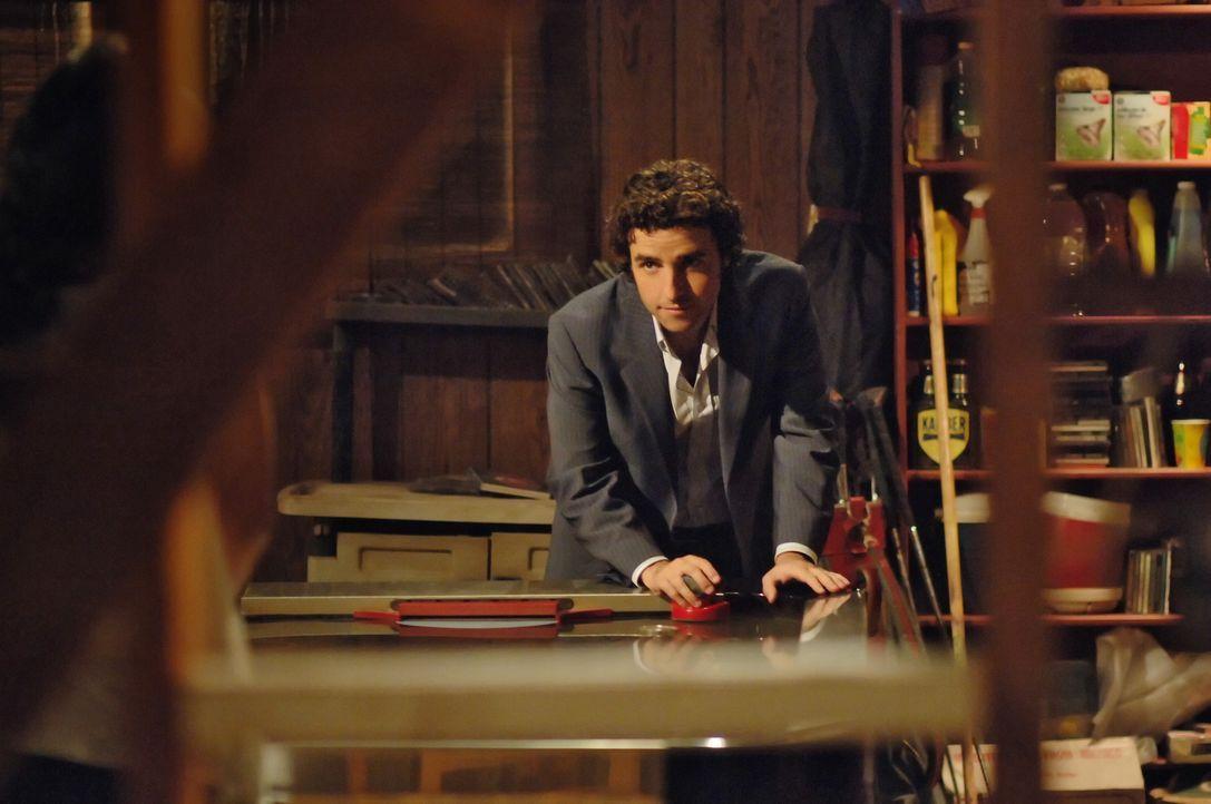 Charlie (David Krumholtz) versucht herauszufinden warum ein Spielplatz einbricht ... - Bildquelle: Paramount Network Television