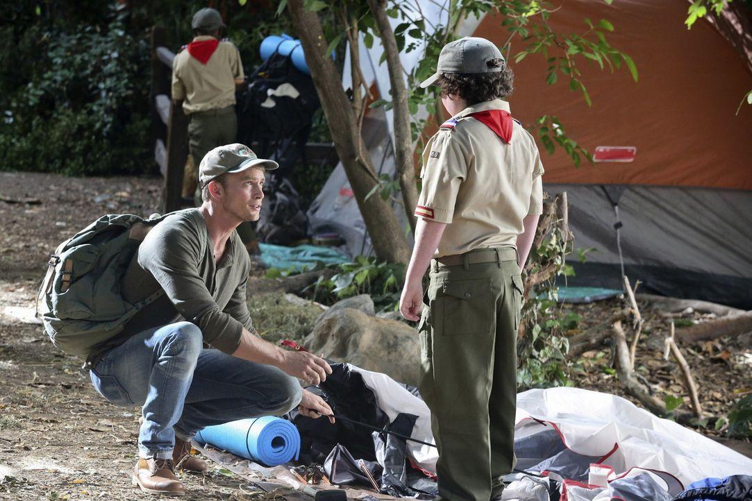 Um vor einem prekären Gespräch flüchten zu können, willigt Wade (Wilson Bethel, l.) ein, die Kinder bei einem Camping-Ausflug zu beaufsichtigen ...... - Bildquelle: Warner Bros.