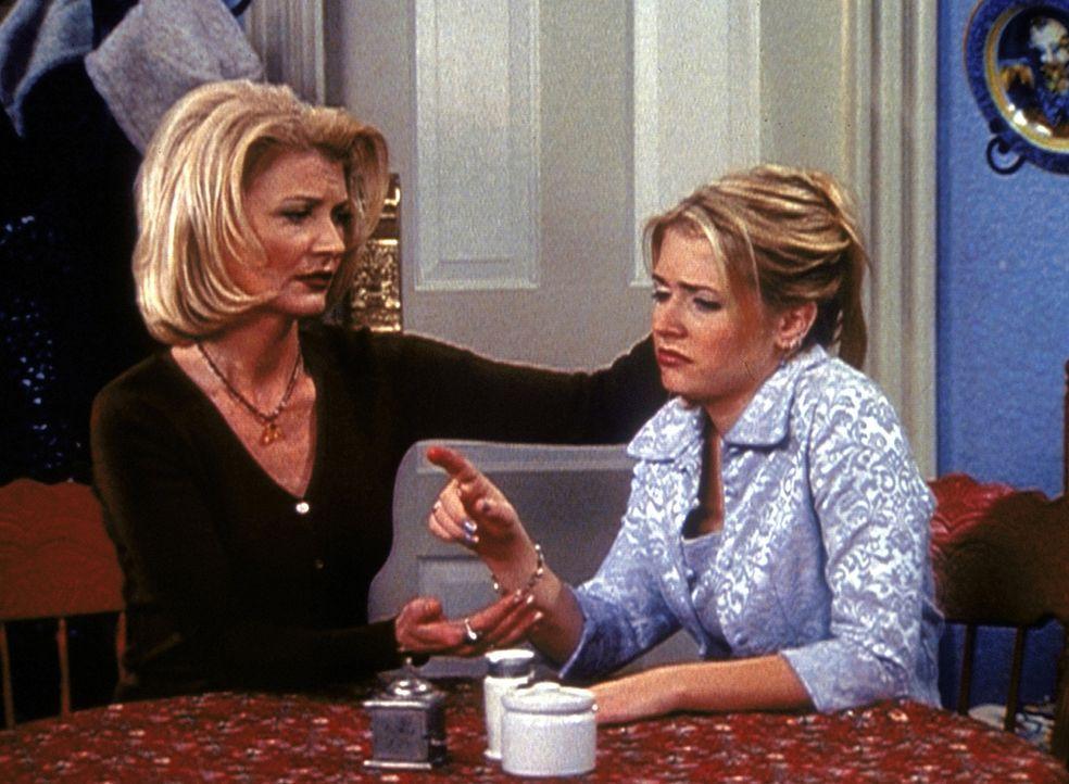 Tante Zelda (Beth Broderick, l.) bittet Sabrina (Melissa Joan Hart, r.), wegen der Zeigefinger-Epidemie Handschuhe zu tragen ... - Bildquelle: Paramount Pictures