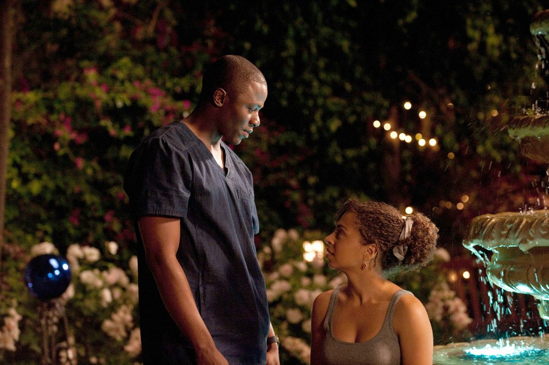 Wird Miles (Derek Luke, l.) Camille (Hannah Hodson, r.) den Wunsch, sie zu taufen, erfüllen? - Bildquelle: 2011 Sony Pictures Television Inc. All Rights Reserved.