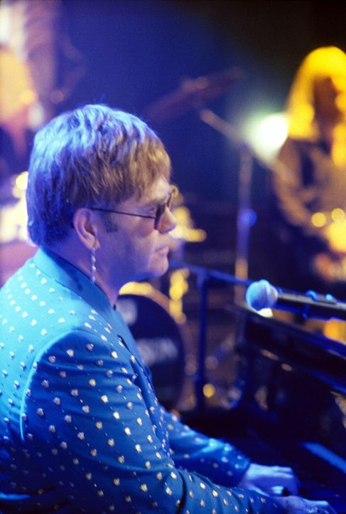 Während Elton John (Elton John) in der Bar singt, kämpft Ally mit ihren Gefühlen ... - Bildquelle: 2001 Twentieth Century Fox Film Corporation. All rights reserved.