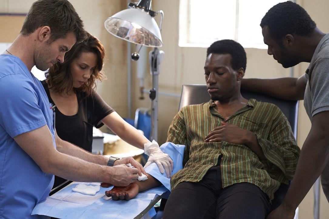 Joel (Daniel Gillies, l.) und die Ärztin Dr. Quintos (Lexa Doig, 2.v.l.) versuchen, Gabriel (Cassius Crieghtney, 2.v.r.) und dessen Bruder Paule Kiy... - Bildquelle: Ken Woroner 2014 Hope Zee Three Inc.