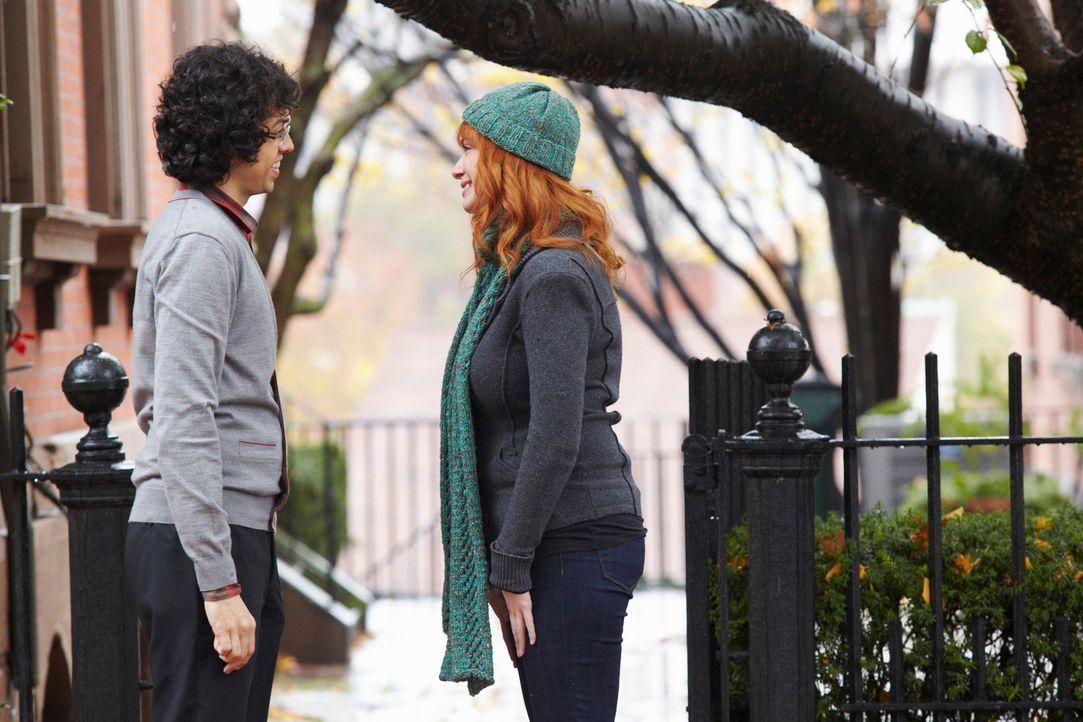 Karen Archer (Christina Hendricks, r.) beklagt den Tod ihrer eineiigen Schwester Jessica, deren Tod Curtis und Ethan (Geoffrey Arend, l.) Rätsel auf... - Bildquelle: ABC Studios