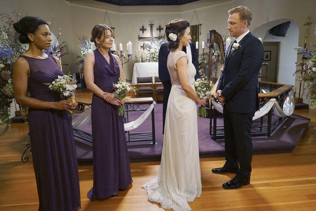Während sich Alex von Jo getrennt hat, geben sich Amelia (Caterina Scorsone, 2.v.r.) und Owen (Kevin McKidd, r.) im Beisein von Meredith (Ellen Pomp... - Bildquelle: Byron Cohen ABC Studios