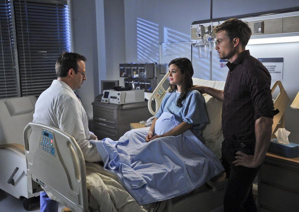 Der Arzt (Robert Bagnell, l.) hat schon viel erlebt, aber Zoe (Rachel Bilson, M.) und Wade (Wilson Bethel, r.) toppen alles ... - Bildquelle: 2014 Warner Brothers