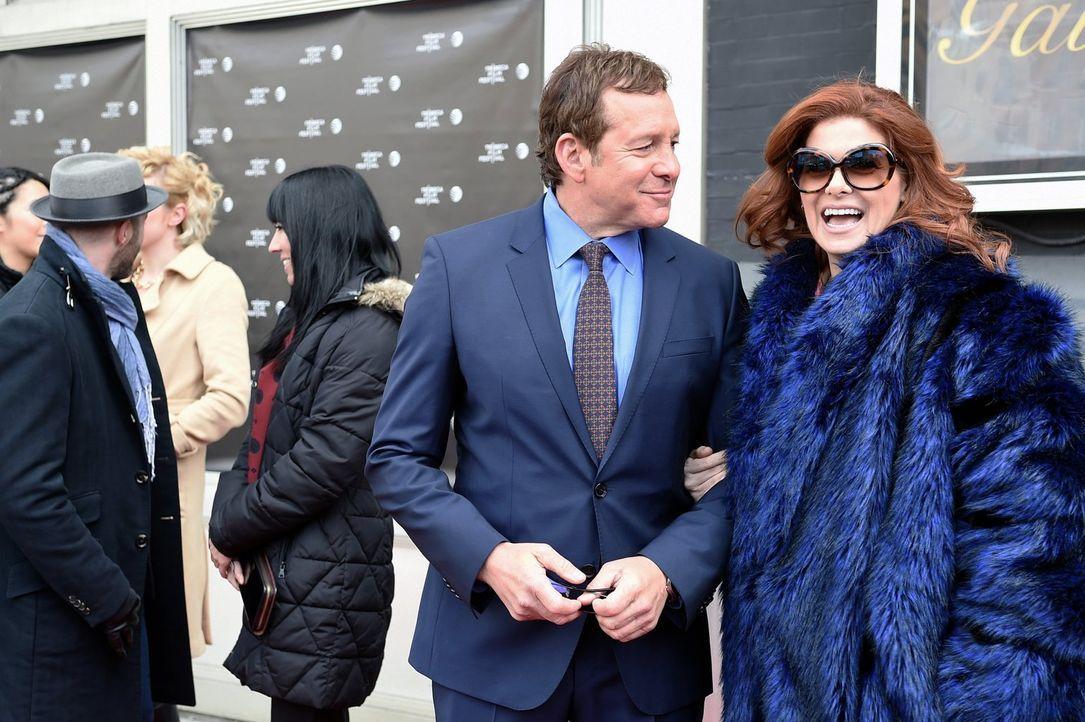 Bei den Ermittlungen in einem neuen Mordfall trifft Laura (Debra Messing, r.) auf Steve Guttenberg (Steve Guttenberg, l.) ... - Bildquelle: Warner Bros. Entertainment, Inc.
