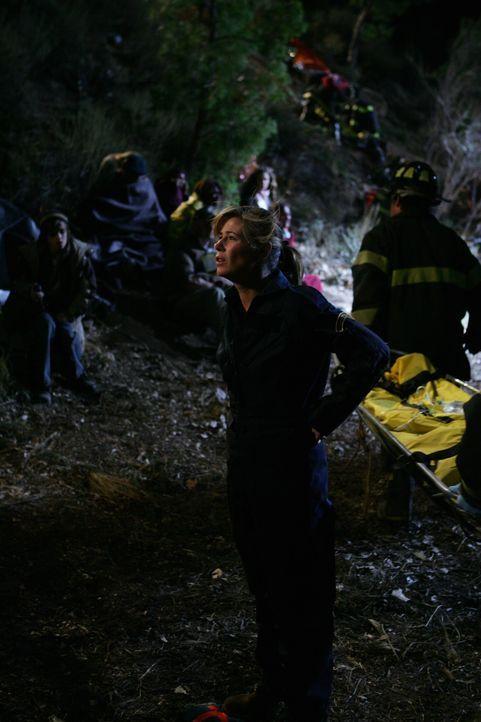 Abby (Maura Tierney) setzt alles daran, die Verletzten aus dem Bus zu bergen ... - Bildquelle: Warner Bros. Television