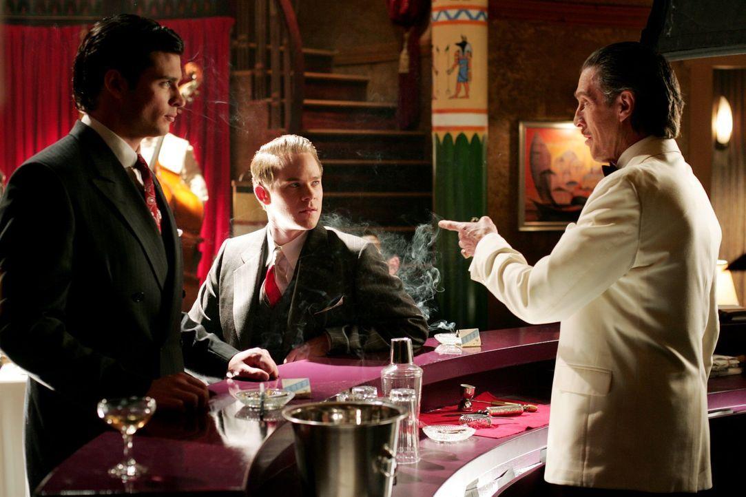 Jimmys (Aaron Ashmore, M.) Traum hat es in sich. Im Smallville der 1940er besitzt Lionel Luthor (John Grover, r.) eine Bar, in der Clark (Tom Wellin... - Bildquelle: Warner Bros.