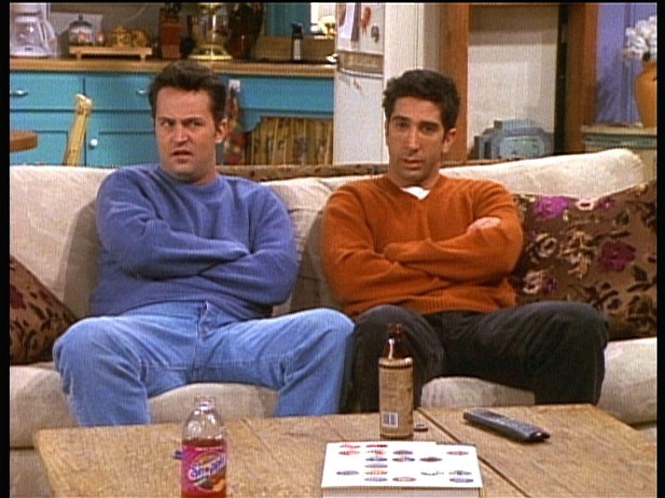 """Ross (David Schwimmer, r.) und Chandler (Matthew Perry, l.) sind sich uneinig darüber, wer von ihnen einen Witz erfunden hat, der im """"Playboy"""" abge... - Bildquelle: TM+  2000 WARNER BROS."""