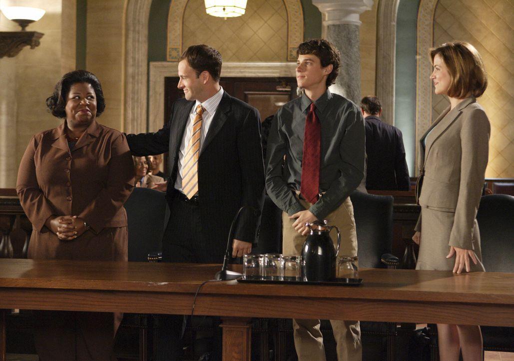 Die Urteilsverkündung steht kurz bevor. Werden Peter (Kenny Baumann, 2.v.r.), Deborah (Cleo King, l.), Eli (Jonny Lee Miller, 2.v.l.) und Maggie (Ju... - Bildquelle: Disney - ABC International Television