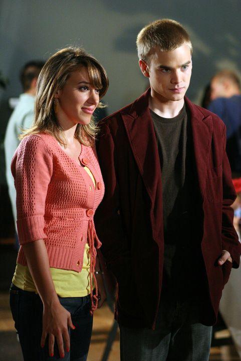 Dicke Luft im Hause Camden: Wütend stattet Simon (David Gallagher, r.) Eric einen Besuch ab, als Rose vorhat bei ihm einzuziehen und der schwangeren... - Bildquelle: The WB Television Network