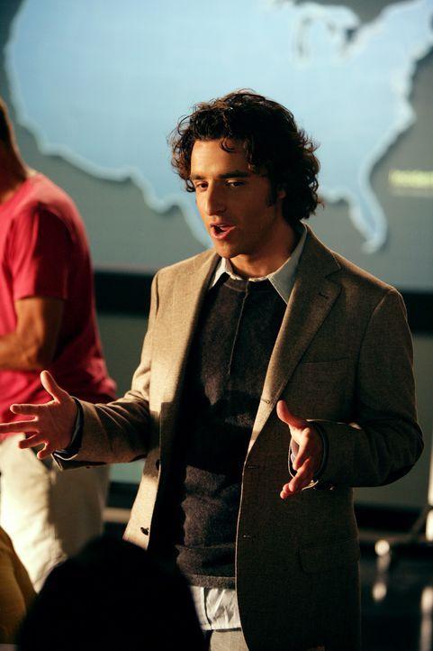 Charlie (David Krumholtz) entwickelt einige Verfolgungskurven, um das Ziel des Mörderpärchens zu bestimmen ... - Bildquelle: CBS International Television