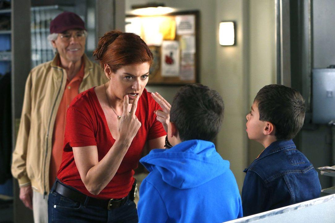 Leo (Robert Klein, l.) wird seiner Tochter Laura (Debra Messing, 2.v.l.) behilflich sein, wenn er seine Enkelsöhne Harrison (Vincent Reina, 2.v.r.)... - Bildquelle: Warner Bros. Entertainment, Inc.
