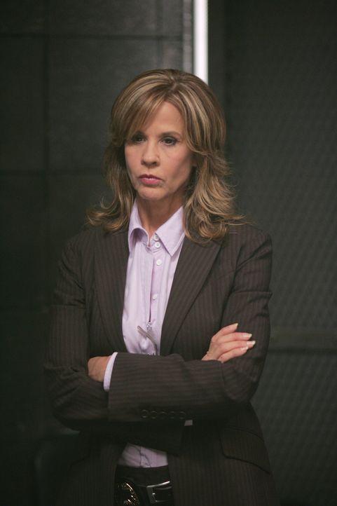 Diana Ballard (Linda Blair) ist hin- und hergerissen. Sie weiß nicht, wem sie Glauben schenken soll ... - Bildquelle: Warner Bros. Television
