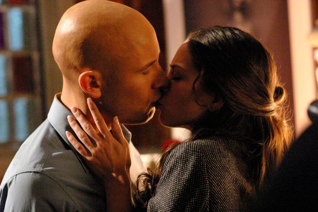Als Chloe erfährt, dass Lana (Kreuk Kristin, r.) und Lex (Michael Rosenbaum, l.) sich näher kommen, dreht sie durch ... - Bildquelle: Warner Bros.