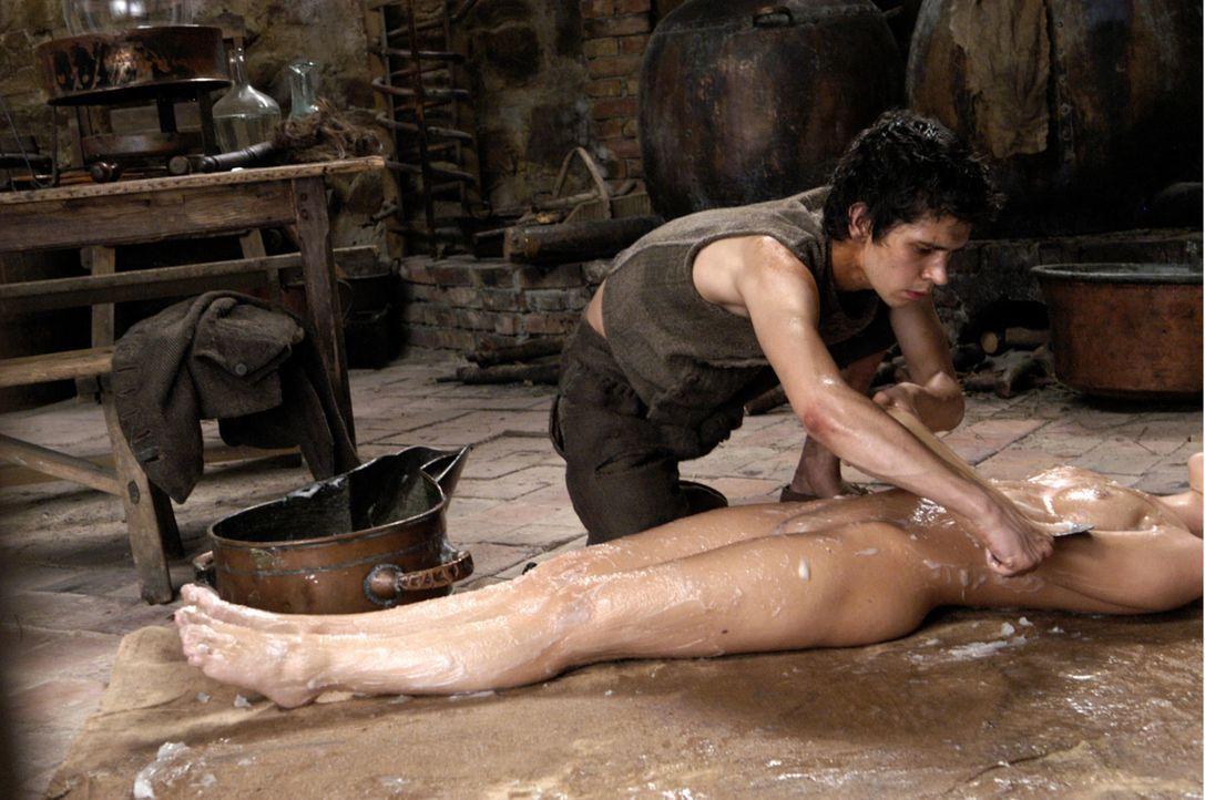 Als er die Leiche einer schönen Frau und ihren Duft konserviert, hat Grenouille (Ben Whishaw, oben) den stinkenden Fischgeruch, der ihn während se... - Bildquelle: Constantin Film Verleih GmbH