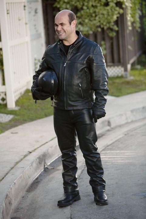 Ellie kämpft mit allen Mittel dagegen, dass Andy (Ian Gomez) sein neu erworbenes Motorrad behält. Doch wird es ihr gelingen? - Bildquelle: 2009 ABC INC.