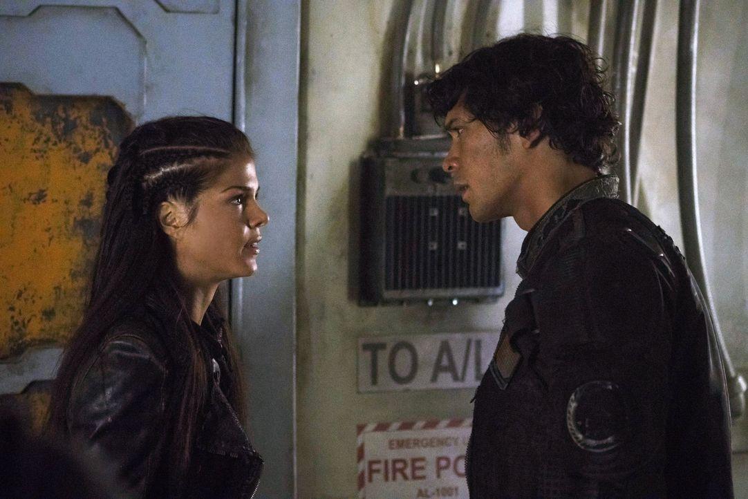 Octavia (Marie Avgeropoulos, l.) kann nicht glauben, was aus ihrem Bruder Bellamy (Bob Morley, r.) geworden ist ... - Bildquelle: 2014 Warner Brothers