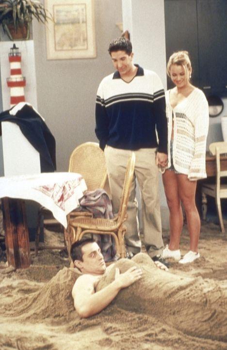 Joey (Matt LeBlanc, unten) wird von Ross (David Schwimmer, M.) und Bonnie (Christine Taylor, r.) im Strand eingebuddelt. - Bildquelle: TM+  2000 WARNER BROS.