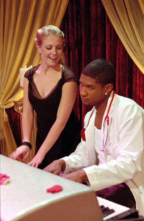Die Sitzungen bei Doktor Love (Usher Raymond, r.), scheinen Sabrina (Melissa Joan Hart, l.) zu helfen. - Bildquelle: Paramount Pictures