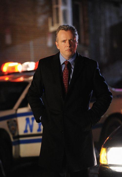 Captain Tommy Gregson (Aidan Quinn) ruft Sherlock Holmes zu einem neuen Fall, wo jedoch die Leiche verschwunden ist ... - Bildquelle: CBS Television