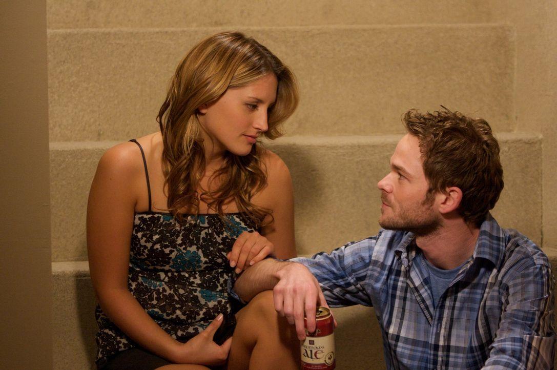 Für George Barnum (Shawn Ashmore, r.) und Melissa McGuire (Jessie Rusu, l.) sollte die Party ein Highlight sein, doch schließlich wird es der schlim...