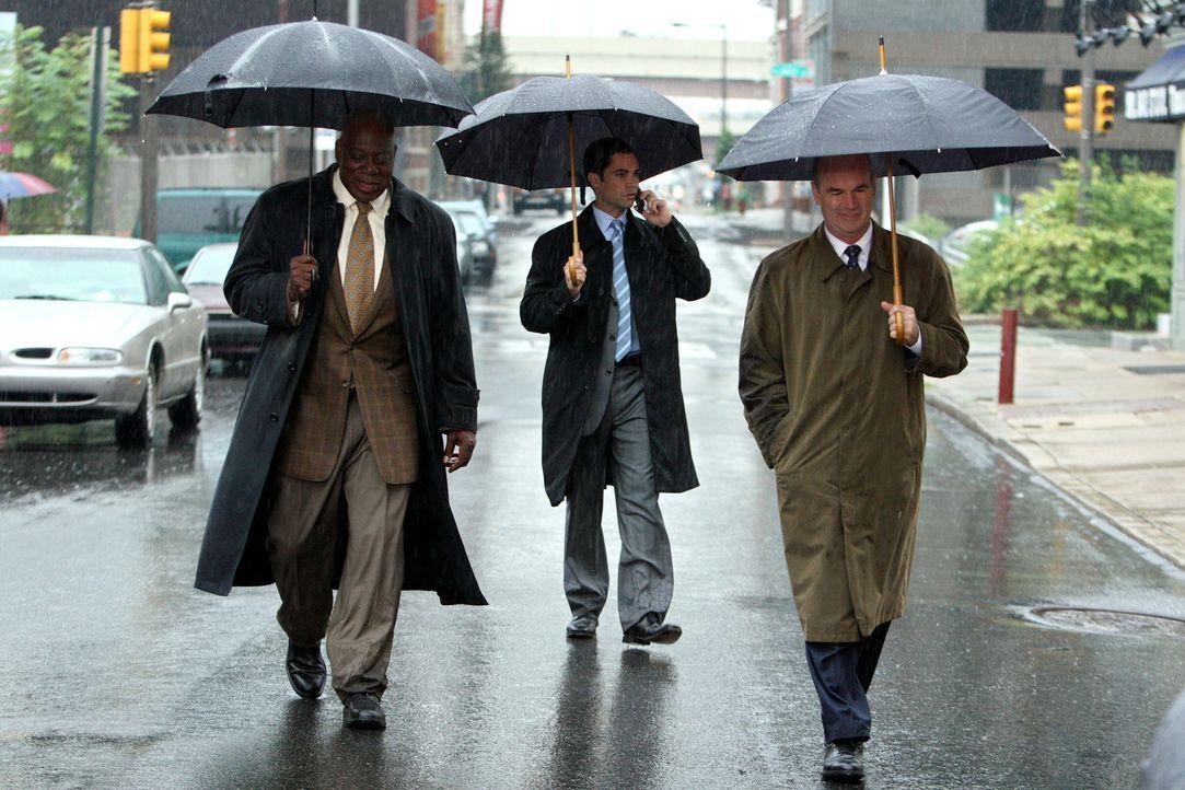 An einem regnerischen Tag werden Will (Thom Barry, l.), Scott (Danny Pino, M.) und John (John Finn, r.) mit einen Fall, der 1953 bereits als gelöst... - Bildquelle: Warner Bros. Television
