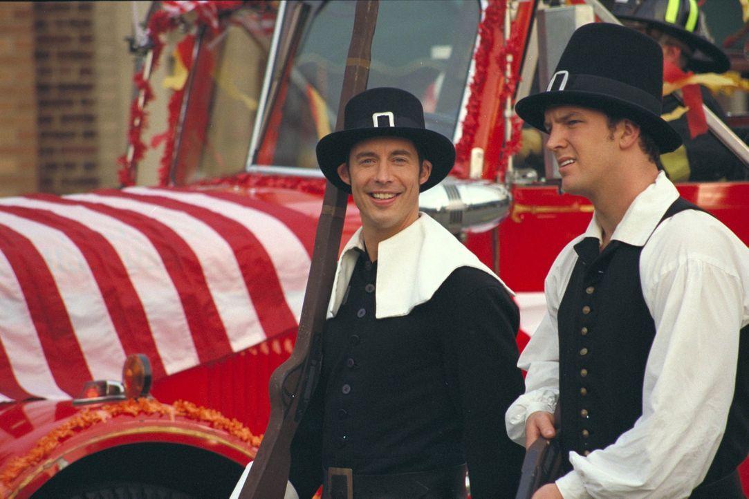 Sind froh über die nun doch stattfindende Thanksgiving-Parade: Ed (Tom Cavanagh, l.) und Mike (Josh Randall, r.) ... - Bildquelle: Paramount