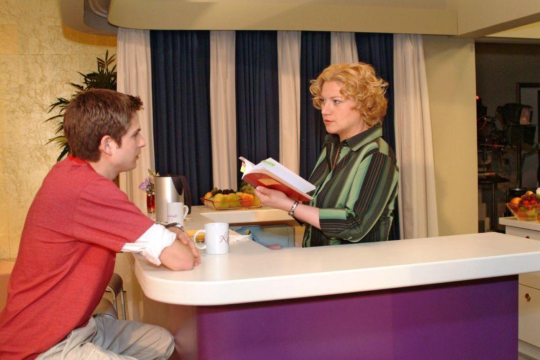 Agnes (Susanne Szell, r.) versucht Timo (Matthias Dietrich, l.) mit Keksen zu trösten - und macht dabei eine ungeheuerliche Entdeckung ... - Bildquelle: Monika Schürle SAT.1 / Monika Schürle
