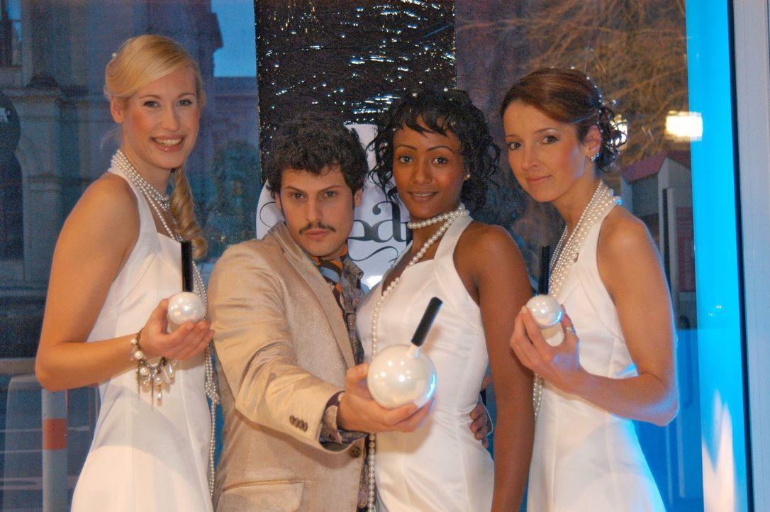 Rokko (Manuel Cortez, 2.v.l.) und die Models präsentieren das Parfum. - Bildquelle: Monika Schürle SAT.1 / Monika Schürle