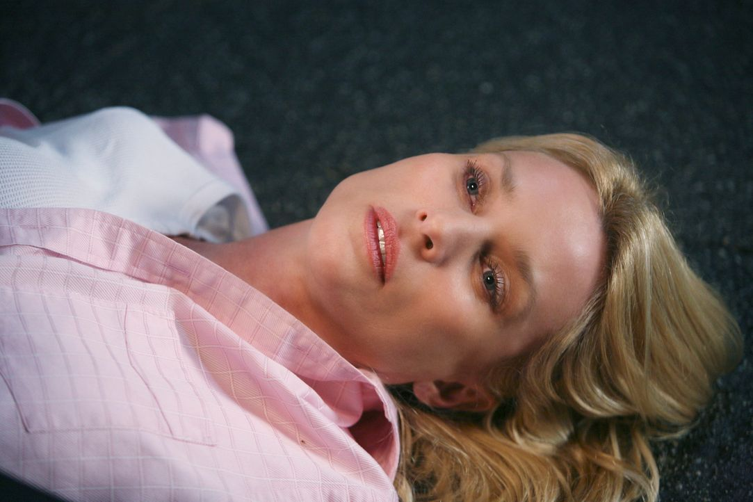 Als Edie (Nicolette Sheridan) frontal gegen einen Strommast rast, erleidet sie einen Stromschlag - und stirbt. Alle Bewohner der Wisteria Lane sind... - Bildquelle: ABC Studios