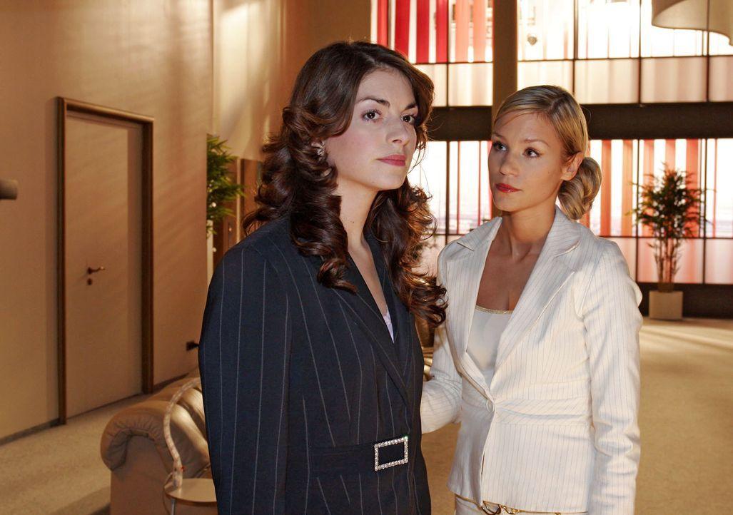 Sabrina (Nina-Friederike Gnädig, r.) versucht ihre Freundin Mariella (Bianca Hein, l.) aufzumuntern. Die anstehende Entscheidung, für wen sie auf de... - Bildquelle: Noreen Flynn SAT.1 / Noreen Flynn