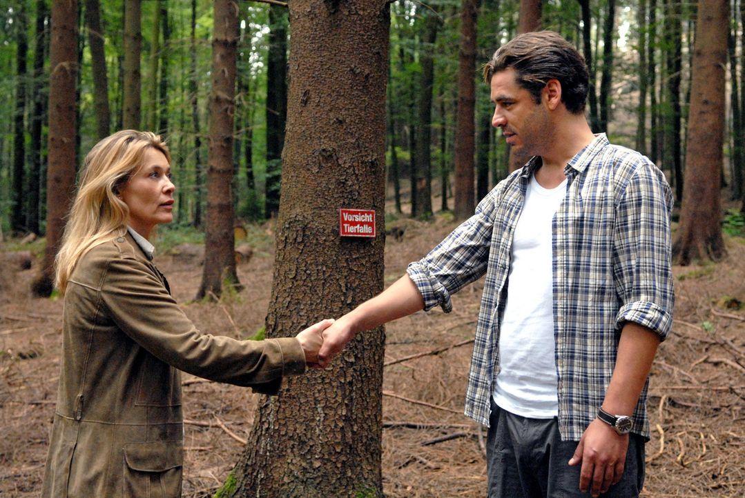 Im Wald trifft Christiane (Barbara Rudnik, l.) erneut auf ihren Nachbarn Stefan Seydlitz (Tobias Oertel, r.). - Bildquelle: Sat.1