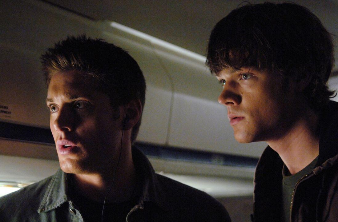 Nach und nach finden Sam (Jared Padalecki, r.) und Dean (Jensen Ackles, l.) heraus, dass sie den Geist eines Phantom Reisenden nur unschädlich mache... - Bildquelle: Warner Bros. Television