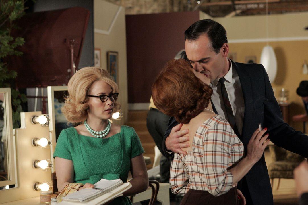 In ihrem Traum findet sich Allison (Patricia Arquette, l.) als Assistentin der Schauspielern Abigail (Frances Fisher, M.) wieder, die sich noch dazu... - Bildquelle: Paramount Network Television