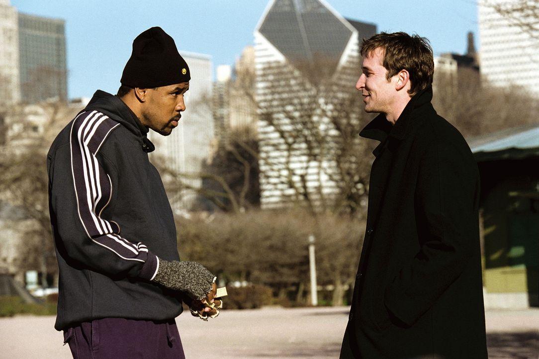 Carter (Noah Wyle, r.) sucht Benton (Eriq LaSalle, l.) auf dessen Joggingroute auf, um sich von ihm, seinem ehemaligen Mentor, zu verabschieden. - Bildquelle: TM+  WARNER BROS.