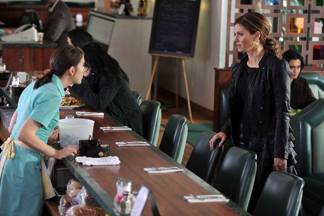 Katie (Amanda Foreman, l.) droht damit, rechtlich gegen Violet (Amy Brenneman, r.) vorzugehen, weil diese mit ihrem Buch gegen die Schweigepflicht v... - Bildquelle: ABC Studios