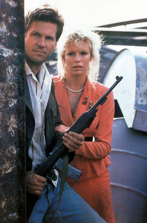 Nadine (Kim Basinger, r.) und Vernon (Jeff Bridges, l.) sitzen mitten drin im Schlamassel - von der Polizei und den Gangstern gejagt versuchen sie i... - Bildquelle: CPT Holdings, Inc. All Rights Reserved.