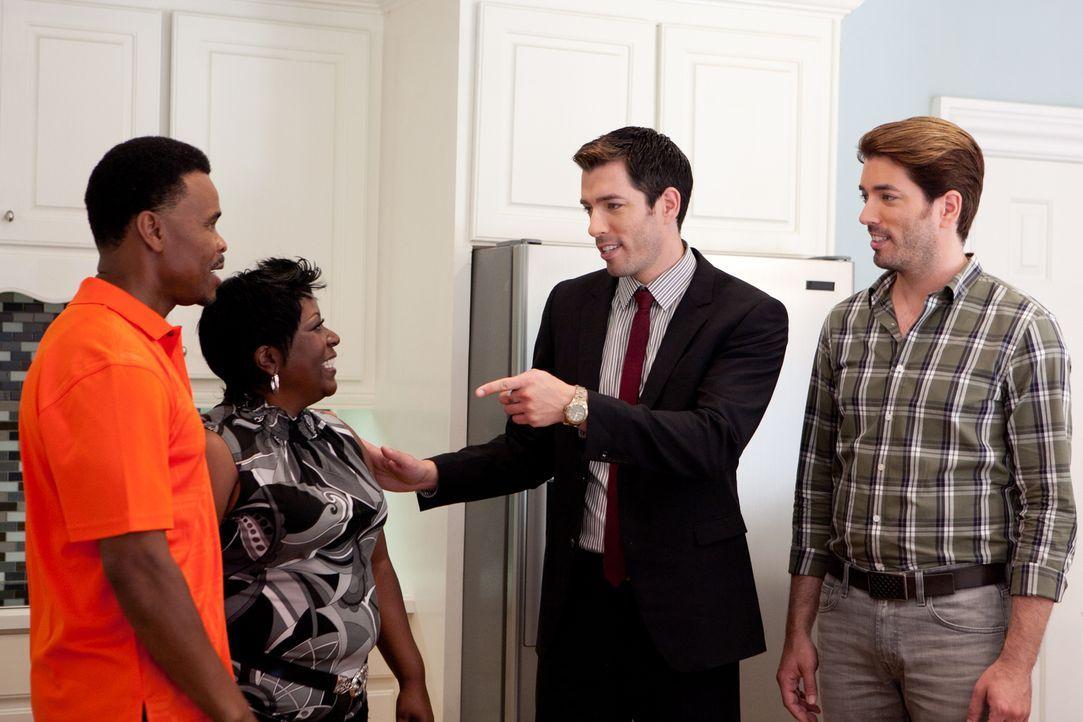 Fred (l.) und Edith (2.v.l.) suchen nach einem Haus, in dem sie für ihre Familie und alle Freunde Partys feiern können, doch ihr Budget ist begrenzt... - Bildquelle: Jessica McGowan 2014, HGTV/Scripps Networks, LLC. All Rights Reserved