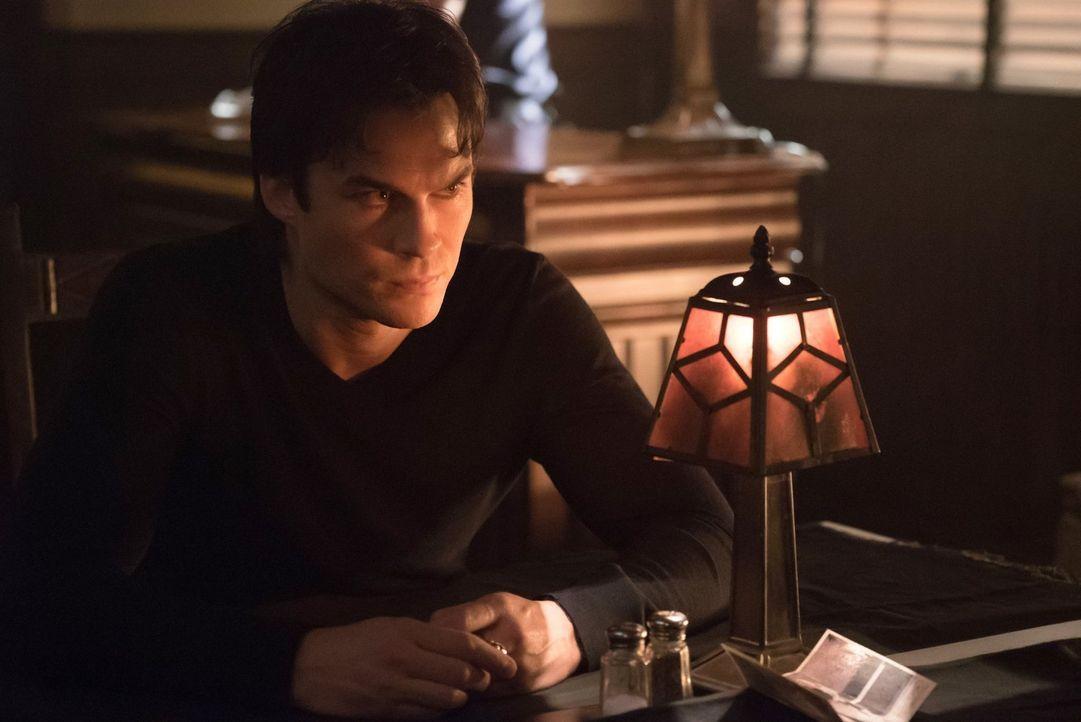 Damon (Ian Somerhalder) glaubt, seine Wahl, ob er 100 Fremde töten oder Carolines Seele an Cade übergeben soll, wäre eine Bürde, doch da ahnt er noc... - Bildquelle: Warner Bros. Entertainment, Inc.