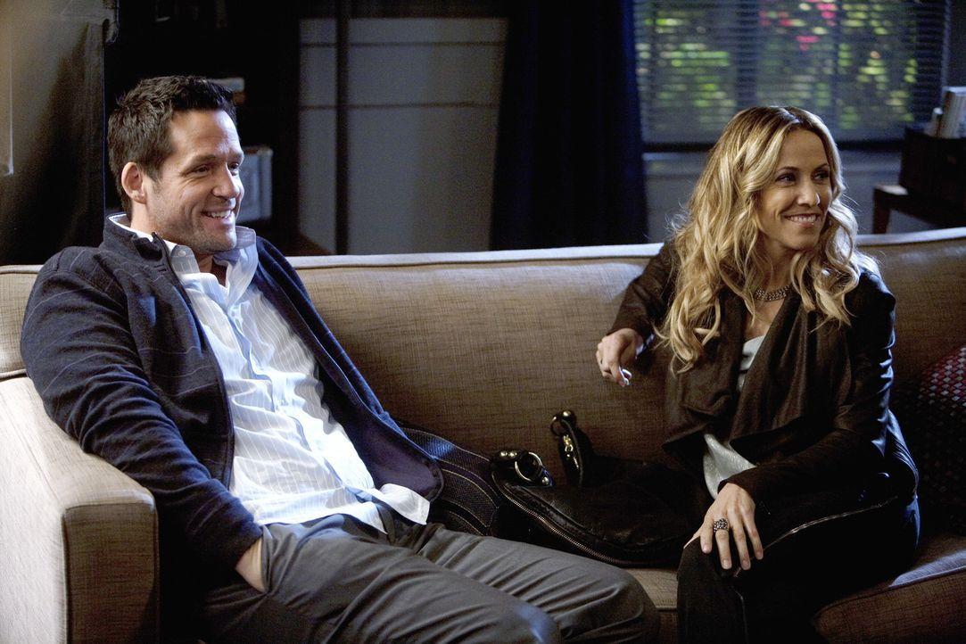 Sara (Sheryl Crow, r.) ist sich nicht sicher, ob Jules eine Gefährdung für ihre Beziehung mit Grayson (Josh Hopkins, l.) sein könnte ... - Bildquelle: 2009 ABC INC.
