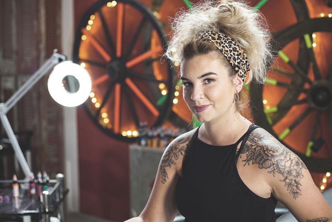 Urlaubssünden auf der Haut? Für Alice, die farbenfrohe Tattoos liebt, ist es immer wieder eine willkommene Herausforderung grauenvolle Tattoo-Sünden... - Bildquelle: Studio Lambert & all3media International